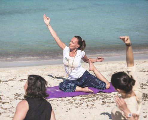 Yoga. Pilates. Mar. Sol